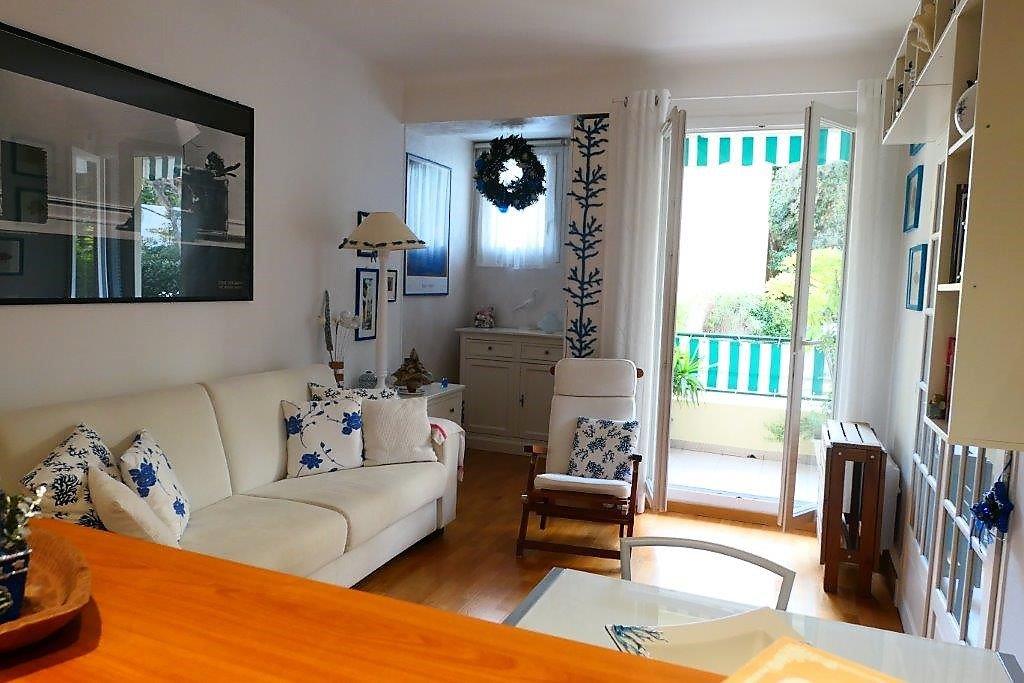 Emplacement exceptionnel - 2p meublé  avec terrasse à 30m de la mer