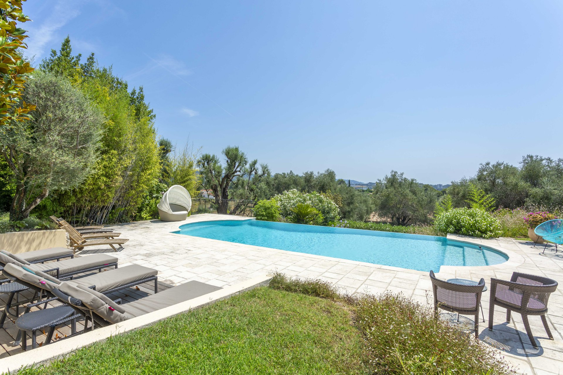 MOUGINS - BEAUTIFUL CONTEMPORARY BASTIDE
