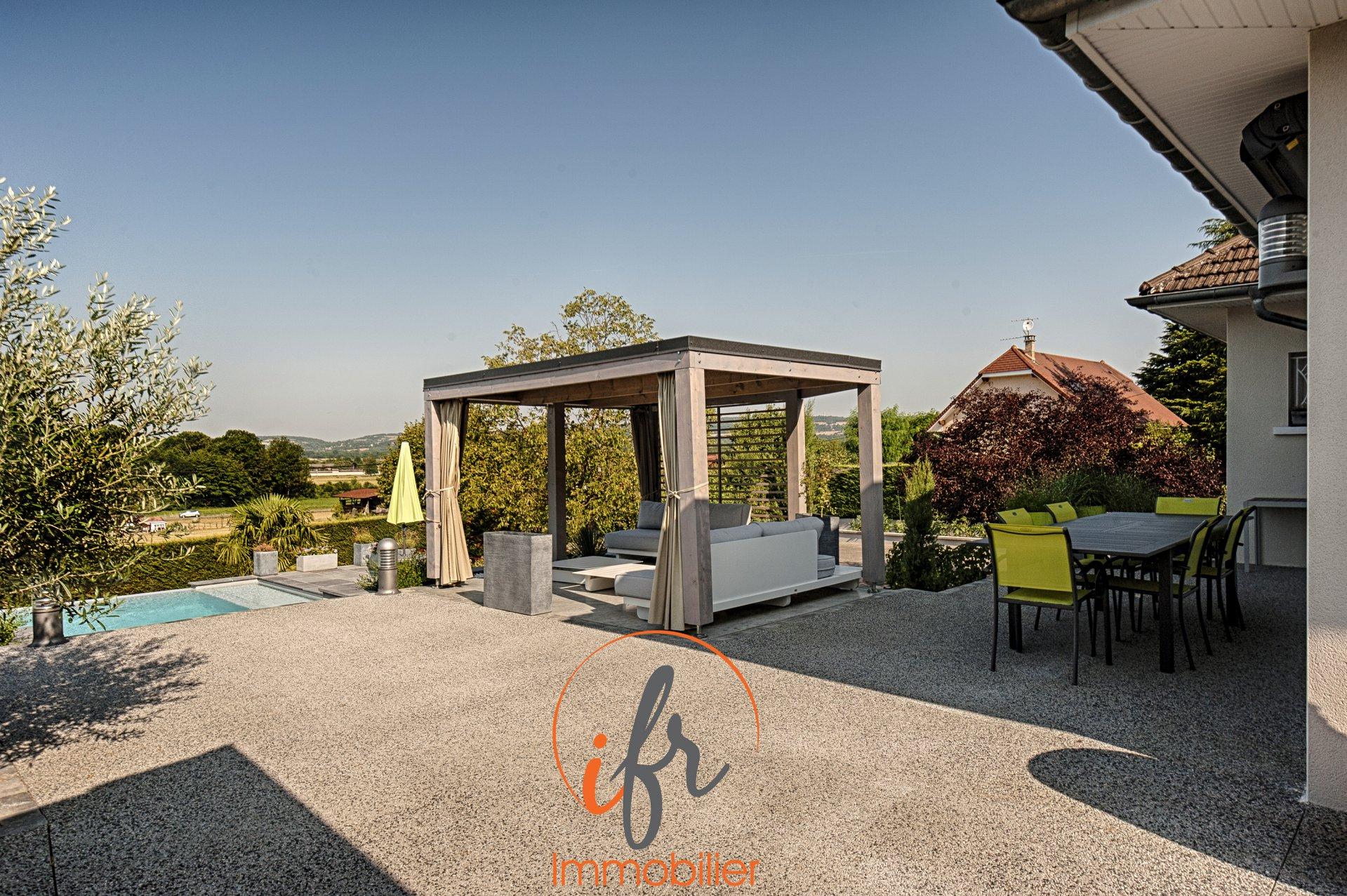 Proximité Bourgoin Villa avec piscine.