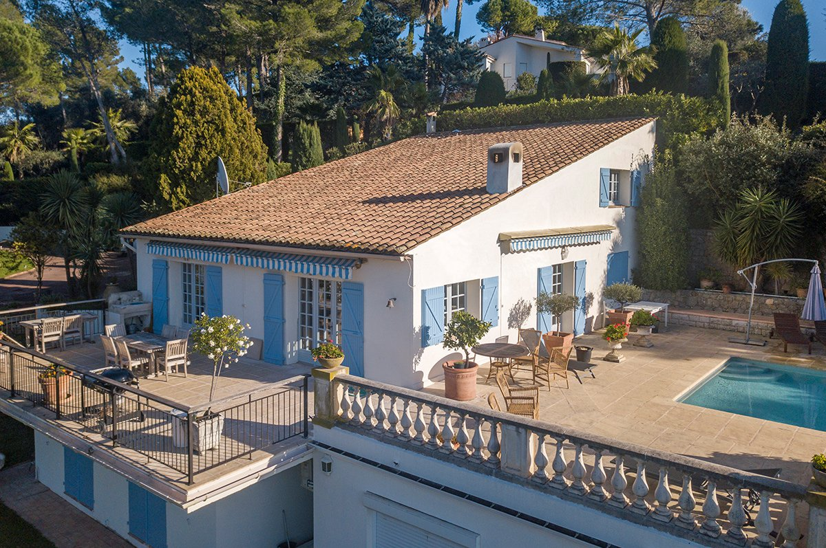 5/6 bedroomed villa with stunning views close to Mougins Village