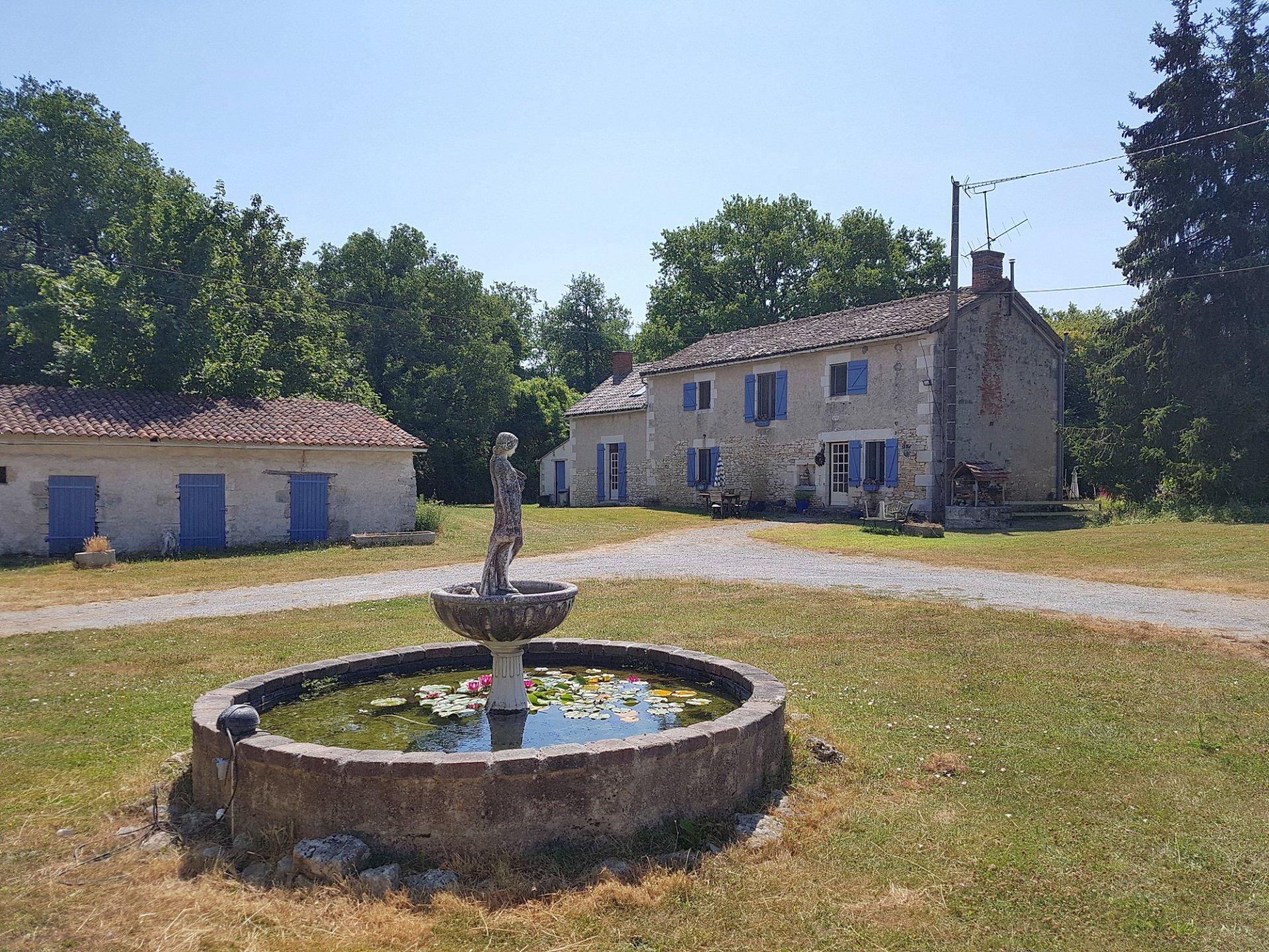 Proche Saint Savin, Vienne 86: ferme avec piscine sur 1 ha