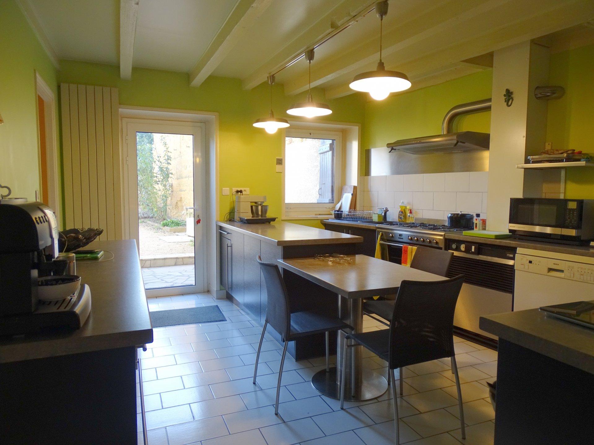 Mâcon sud - Proche de toutes les commodités, maison de caractère en parfait état! Elle se compose au rez de chaussée, d'une entrée desservant un salon avec cheminée, d'une salle à manger très lumineuse grâce à ses baies vitrées, d'une cuisine équipée et d'une buanderie. A l'étage, elle dispose d'une mezzanine avec vue sur le jardin, de trois belles chambres avec placard et dressing (près de 14, 17 et 25 m²) ainsi que d'une grande salle de douche moderne.  Cette belle maison s'ouvre sur un extérieur parfaitement aménagé avec une terrasse de 160 m² s'articulant autour d'une superbe piscine chauffée et son jardin arboré.  Pour finir, ce bien dispose d'une jolie cour gravillonnée avec dépendances et abri voiture.  Produit coup de c?ur! Honoraires à la charge des vendeurs.