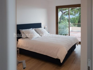 At 2 steps from the harbor and beaches, sea view renovated apartment