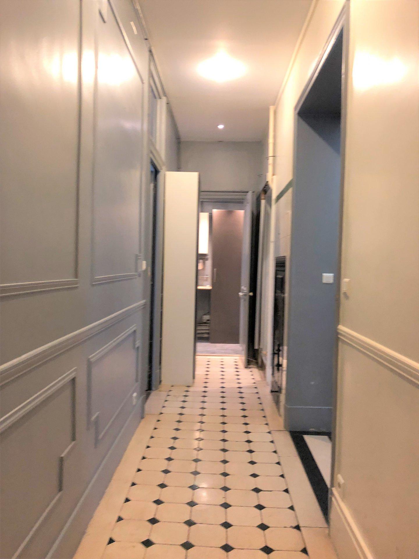 Couloir à l'ancienne desservant toutes les pièces