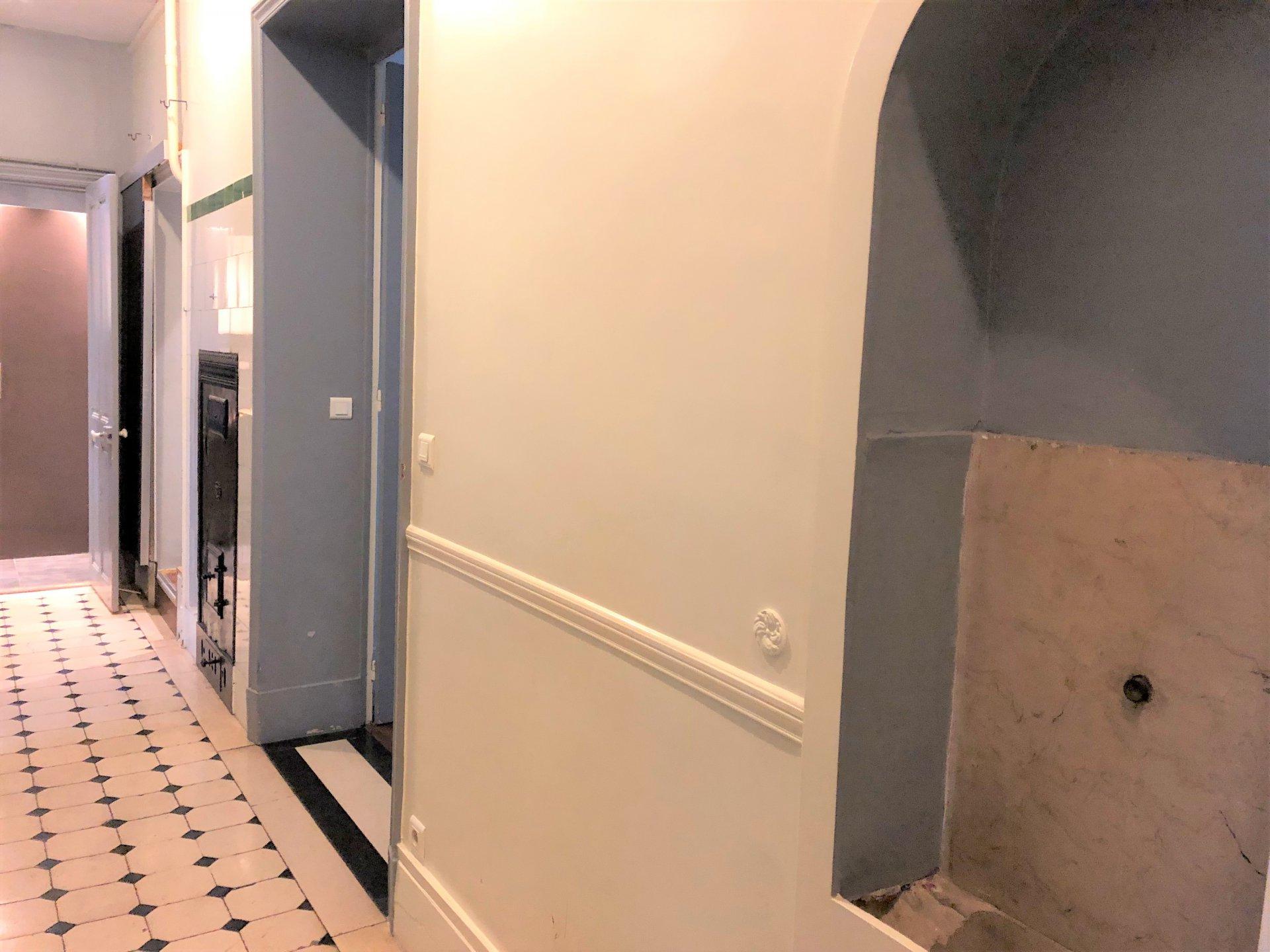 Couloir avec beaux carreaux anciens