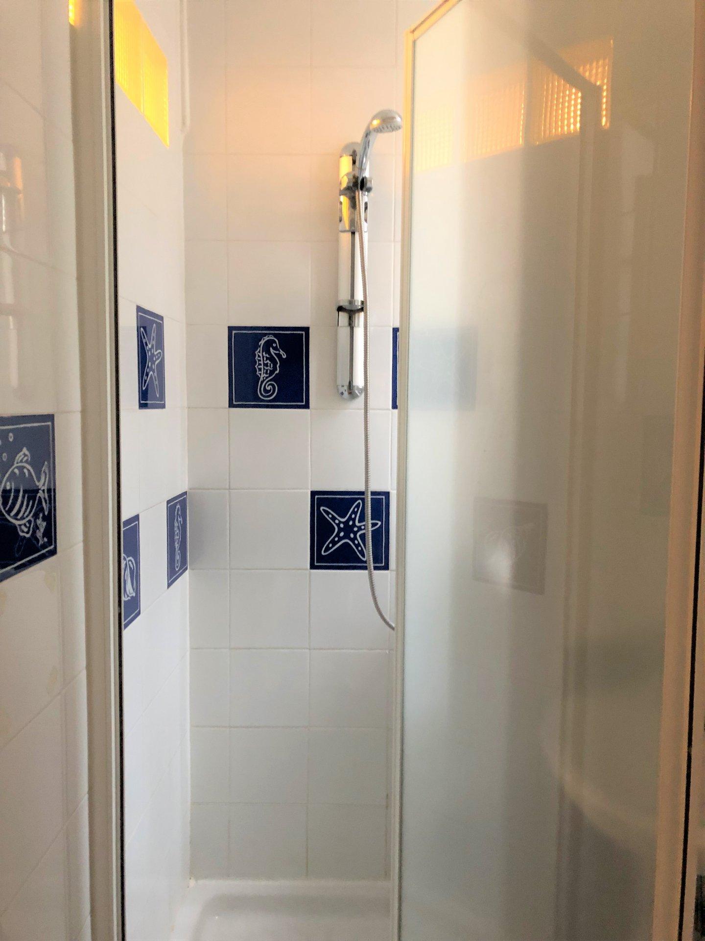 Salle d'eau dans une des chambres