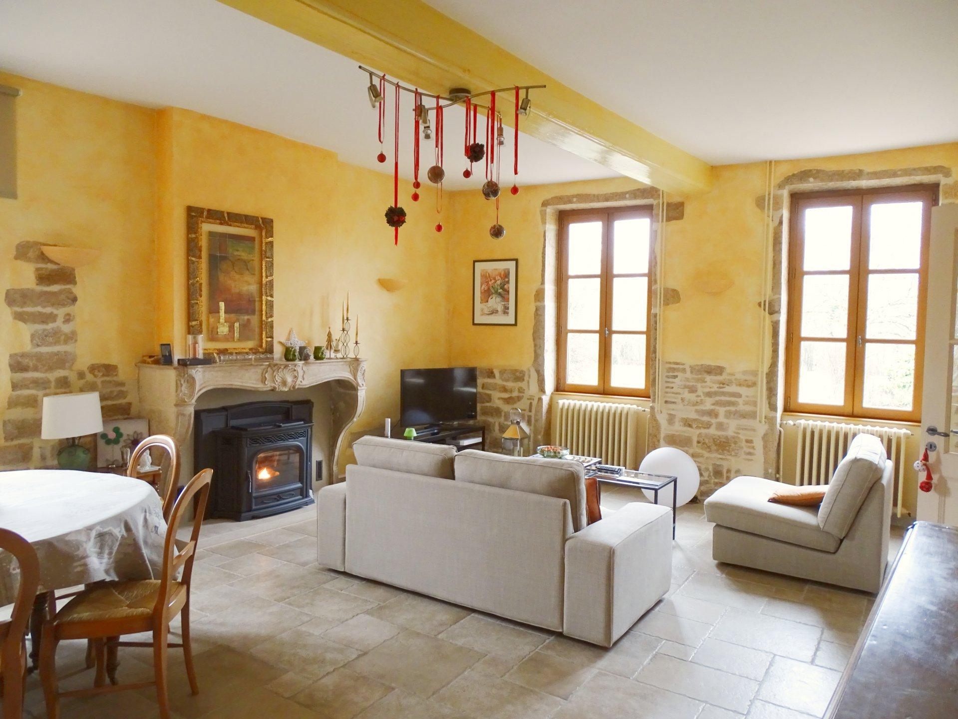 Dans un village tout proche de Pont de veyle, venez découvrir cette maison du XIXème siècle magnifiquement rénovée offrant une surface habitable de 142 m². Elle se compose d'une belle cuisine équipée, d'une vaste pièce de vie avec son poêle à granulés, d'une chambre ainsi que d'un toilette avec son lave mains. A l'étage, vous trouverez 3 grandes chambres ainsi qu'une salle d'eau. Ce bien est doté d'un grenier aménageable de 60 m², d'un garage, et d'une cave.  Cette maison de caractère saura vous séduire par son environnement très calme, sa rénovation de qualité, ses beaux volumes, ainsi que son exposition Est/Ouest. Le tout est implanté sur une terrain de 900 m². Honoraires à la charge du vendeur.