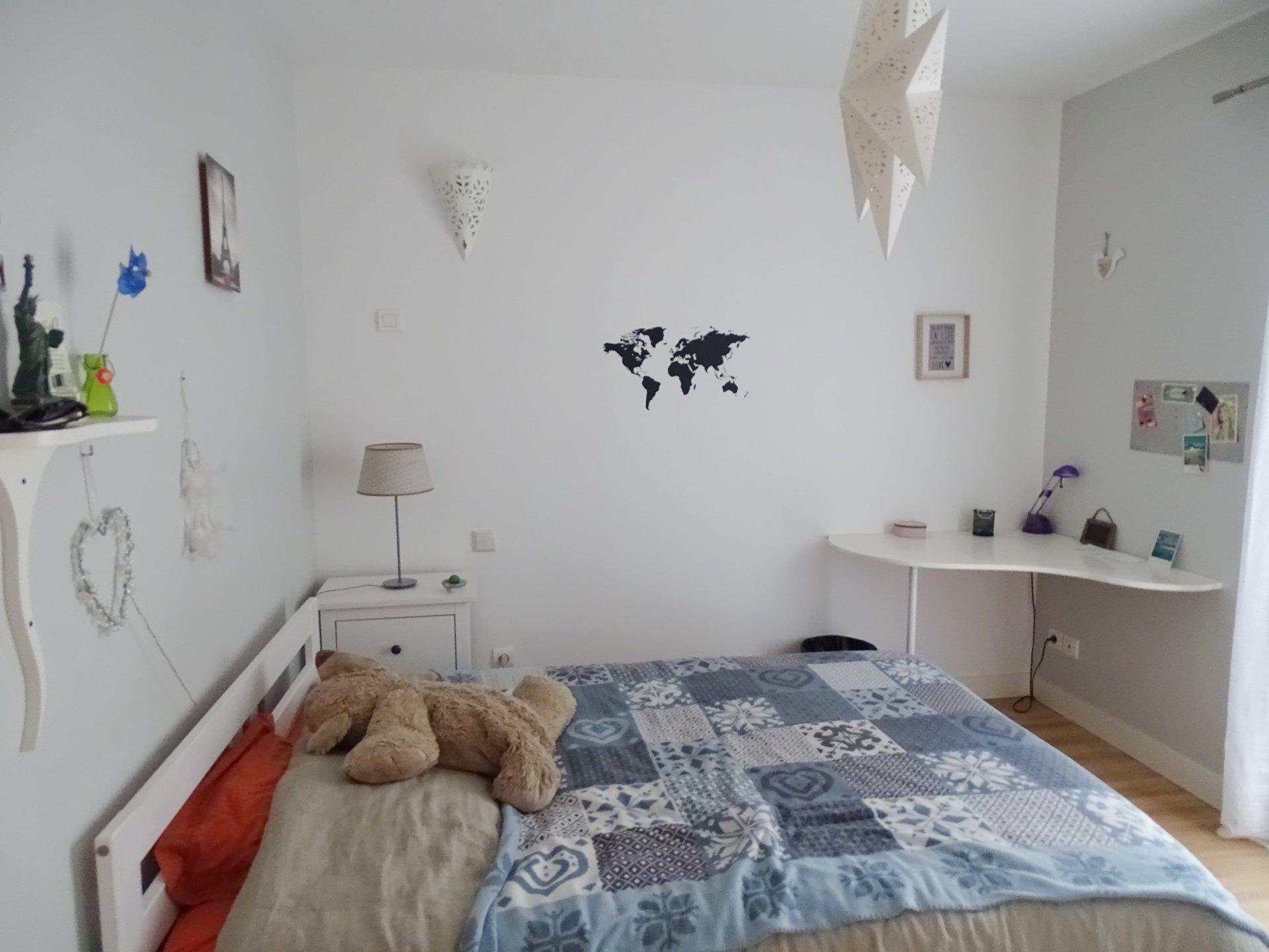 Dans un village à proximité immédiate de Pont de Vaux, 20 min Mâcon, venez découvrir cette maison contemporaine de 2008, de plain pied, offrant une surface habitable de 155 m². Elle se compose d'une belle et lumineuse pièce de vie avec cuisine équipée ouverte sur la terrasse, un bureau, une chambre parentale avec salle de douche et toilette, 4 autres chambres, une salle d'eau, un toilette, une buanderie et garage. Cette agréable maison est dotée de prestations de qualité : huisseries aluminium, volets roulants électriques, vmc double flux, aspiration centralisée, belle exposition ainsi qu'une bonne isolation thermique. Le tout est implanté sur un terrain arboré de 900 m² environ. A visiter sans tarder. Honoraires à la charge des vendeurs.