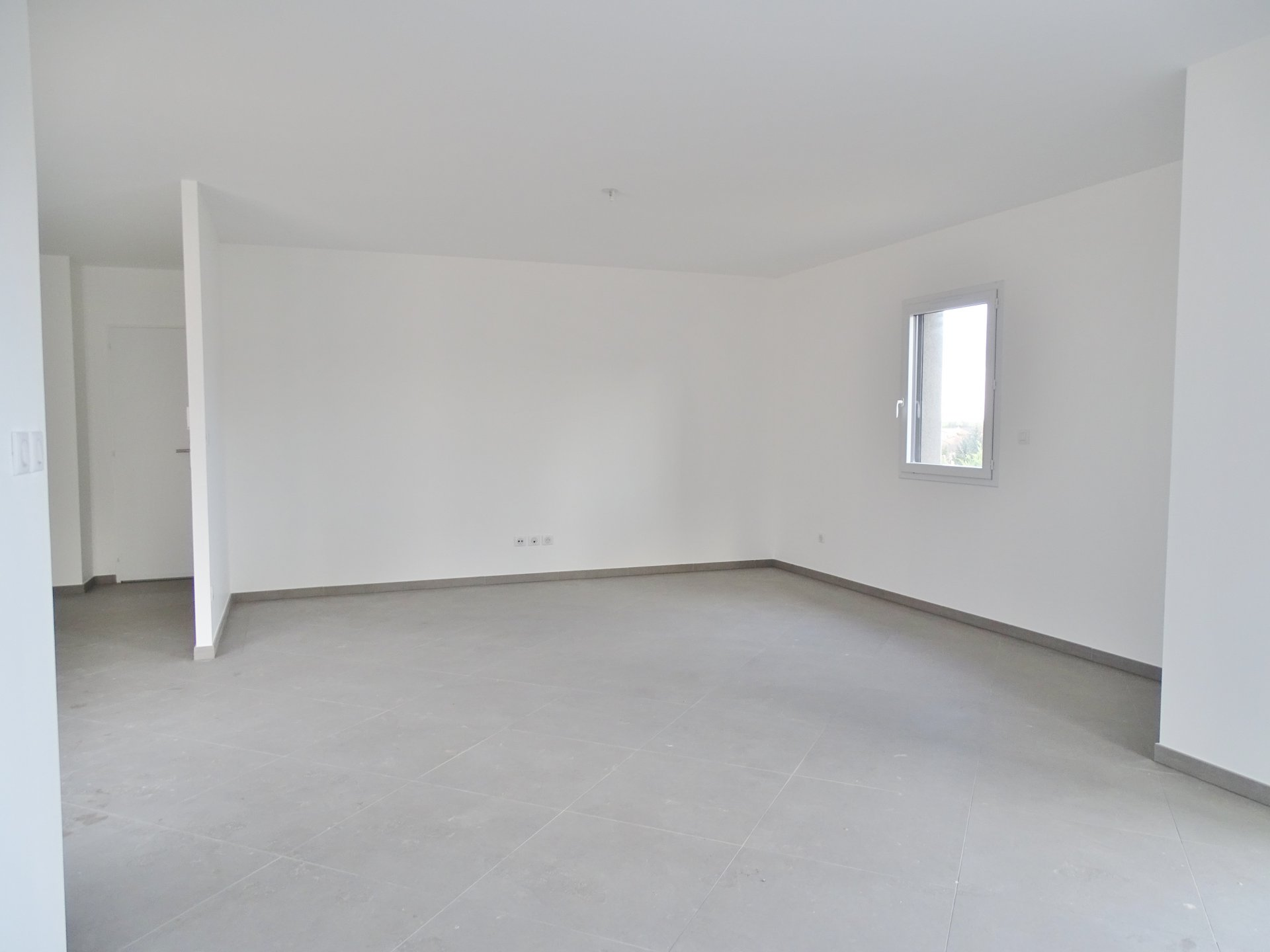 Tout juste achevée en ce début d'année, venez découvrir cette maison neuve entièrement de plain pied et aux prestations sérieuses. Elle offre un hall d'entrée largement ouvert sur la pièce de vie principale de 46 m². Vous apprécierez cette grande baie vitrée donnant sur une terrasse entièrement carrelée, la cuisine reste à aménagée selon vos goûts. 3 chambres (11,2, 12 et 13,6 m²) dont une suite parentale avec une salle de douche et un dressing. Une Salle de bains pour les enfants et une buanderie. Garage attenant. Chauffage au sol par pompe à chaleur, carrelage de qualité, maison extrêmement bien isolée et répondant aux normes de la RT 2012. Honoraires à la charge des vendeurs.