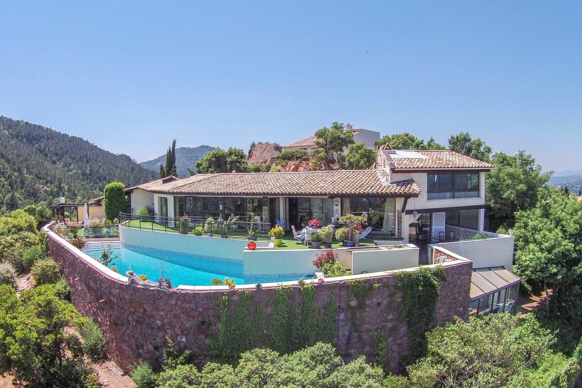 Villa d'architecte, piscine, garage, spectaculaire vue mer et montagne proche Mandelieu