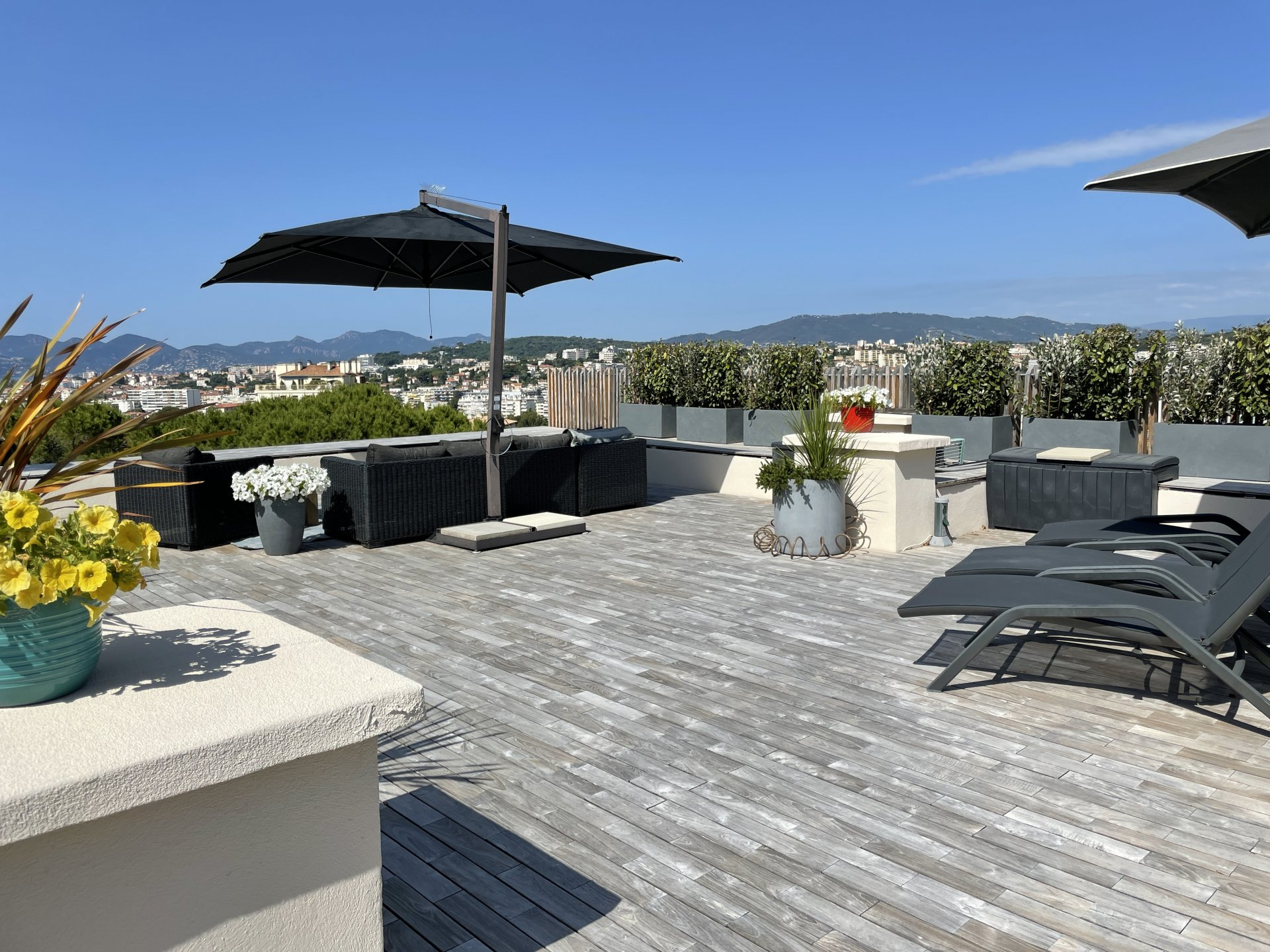 Beautiful top floor, terrace and roof terrace, sea view in Cannes Oxford