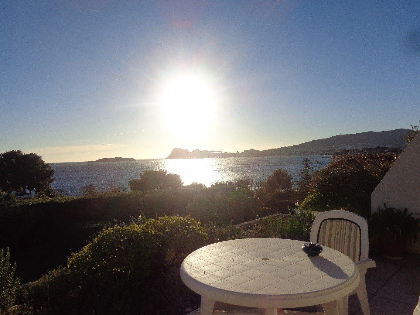 A Vendre dpt 13 bouches du rhone  La Ciotat T3 vue mer, terrasse 80m², place de parking, vente à terme en usufruit viager occupé.