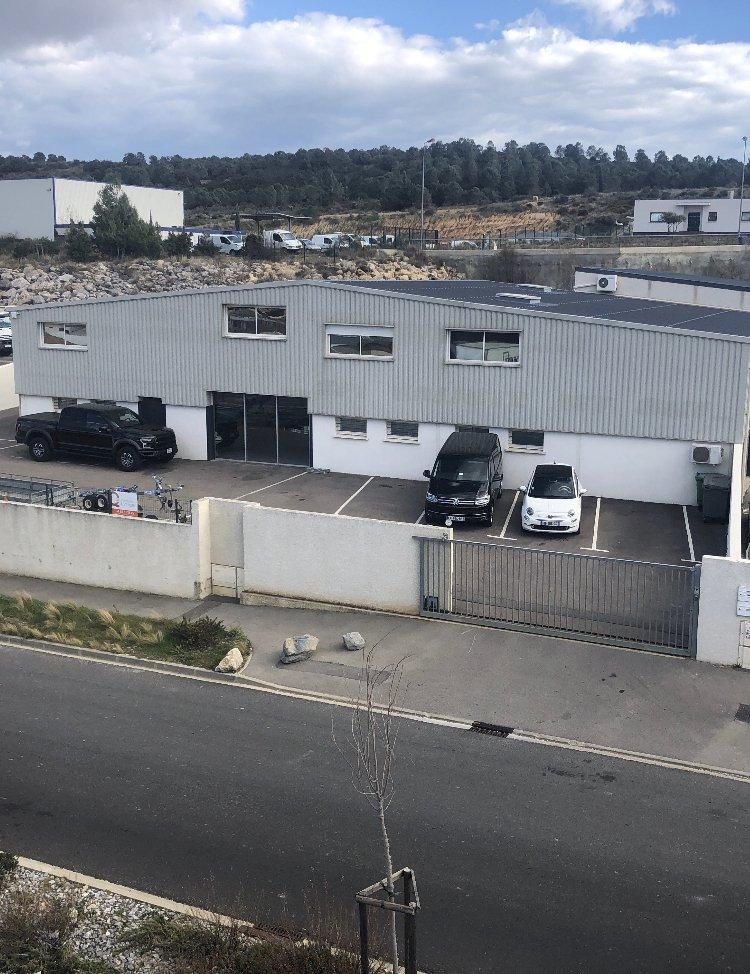 Villa T6 récente avec entrepôt et bureau