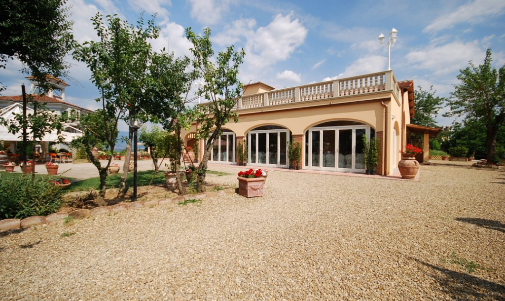 ITALY, TUSCANY, FLORENCE, APARTMENT WITH POOL FOR 4 PERSONS