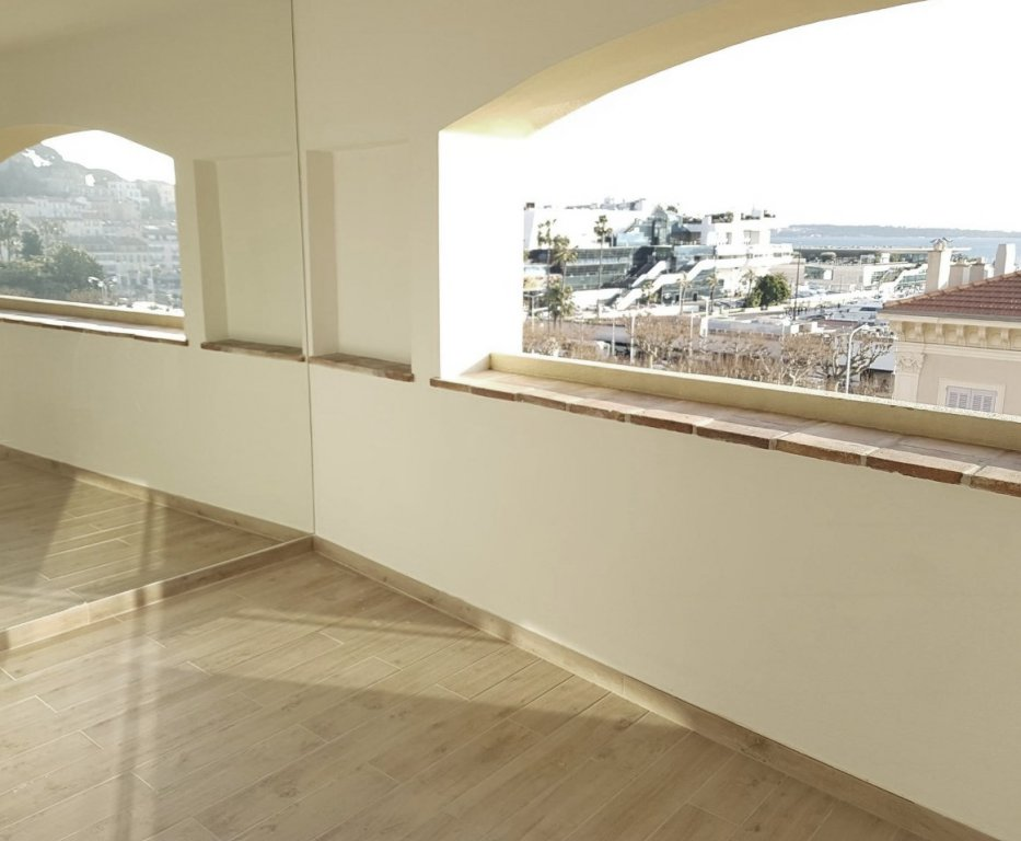 Splendid 2 bedroom apartment with south terrace and sea view / Cannes Downtown