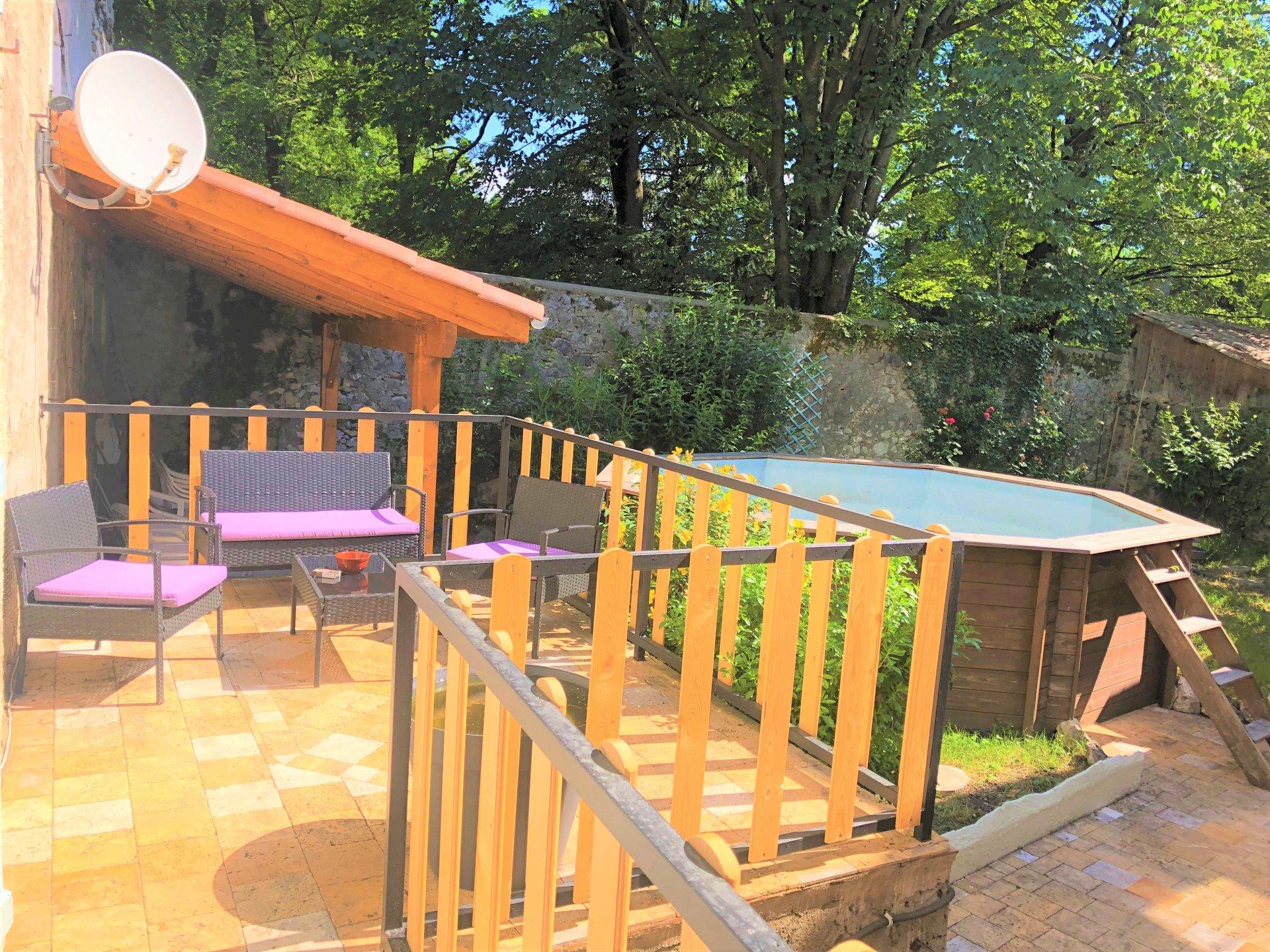 La terrasse avec accès jardin et piscine