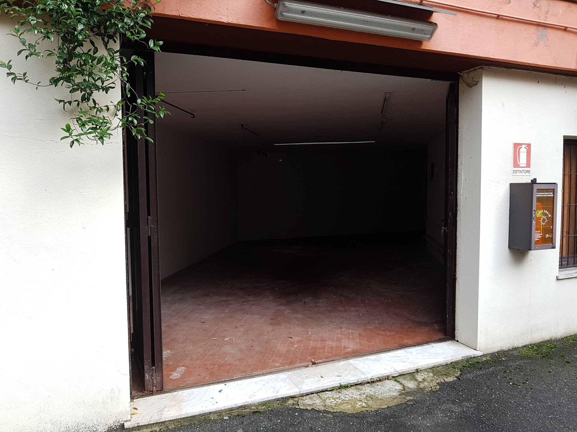 Garage for sale in the centre of Stresa-entrance