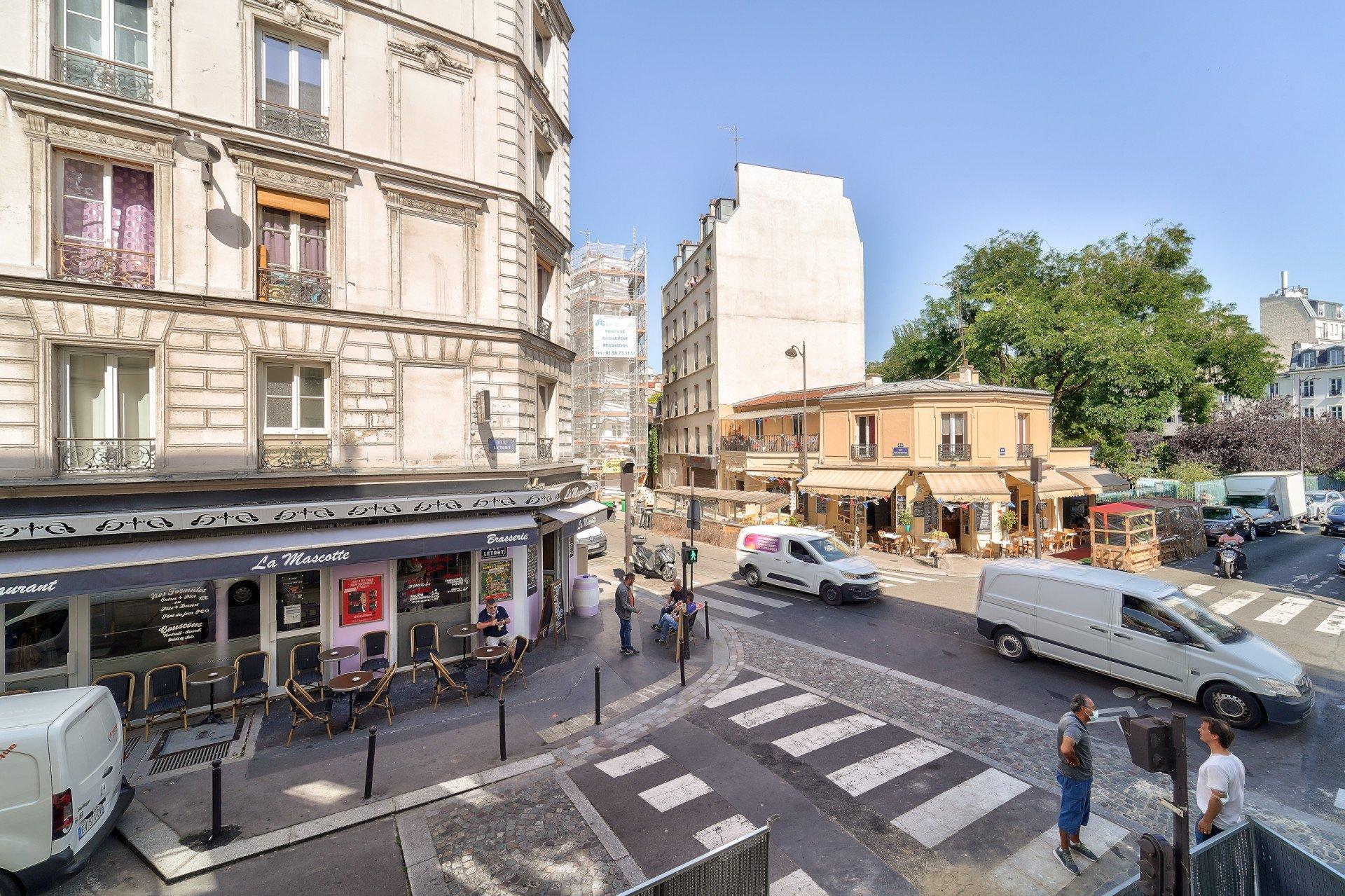 Paris - XVIII ème - M° Jules-Joffrin - MAIRIE DU XVIII ÈME - 2 PIÈCES À RÉNOVER - VUE DÉGAGÉE CIEL ET JARDIN -  SOLEIL - IMMEUBLE D'ANGLE - 4 FENÊTRES - EXCELLENT AGENCEMENT.