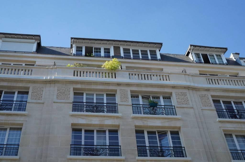 Paris - XV ème - JARDIN PIERRE-ADRIEN DALPAYRAT - M° Pasteur - Studio MEUBLÉ - BALCON - VUE DÉGAGÉE - SOLEIL - CALME - CHAUFFAGE ET INTERNET COMPRIS