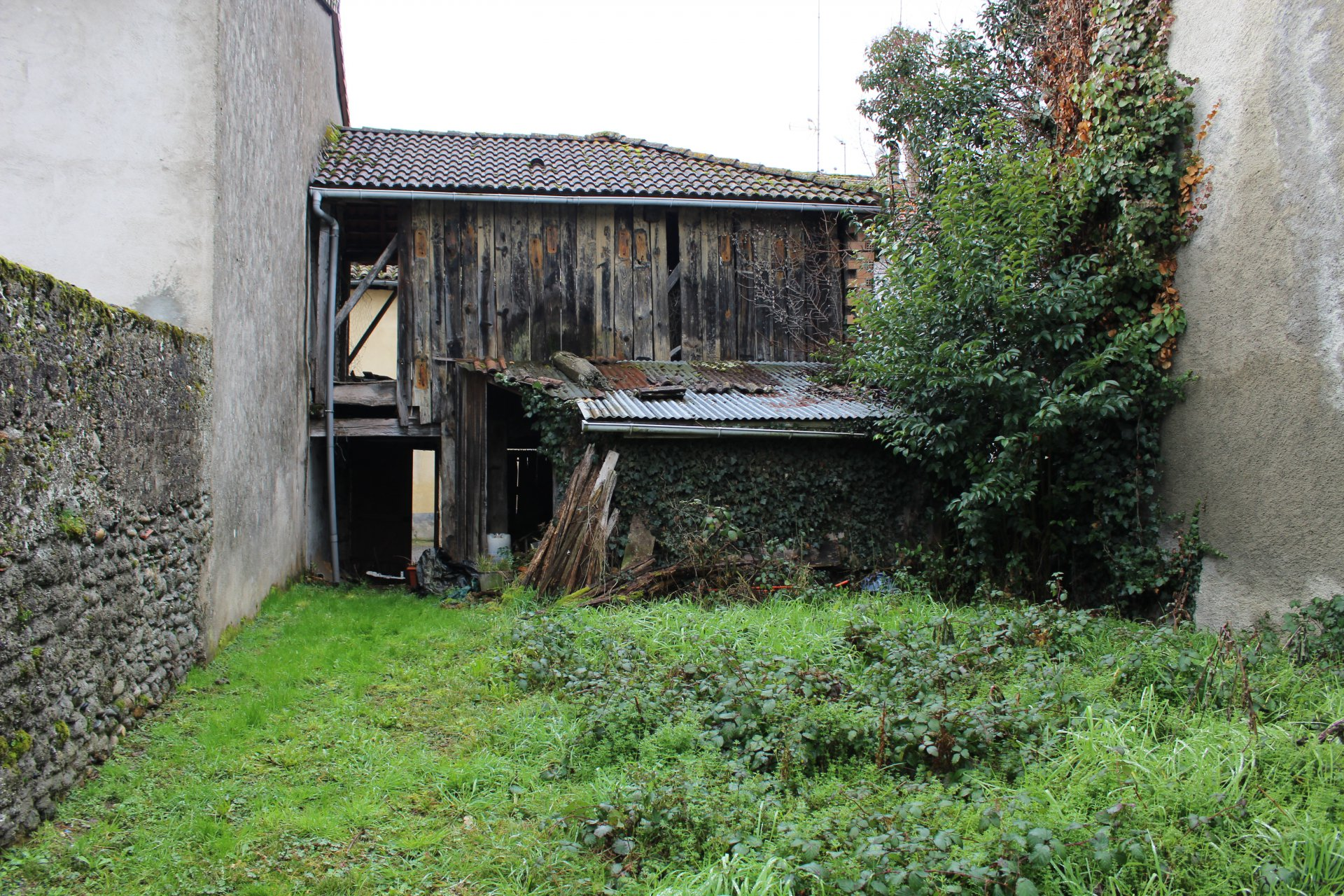 Maison de village a rénover avec grange et jardin non attenants