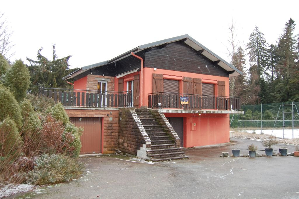 VOSGES 6 Near ski slopes, chalet with tennis court on 3.245 m2 to renovate
