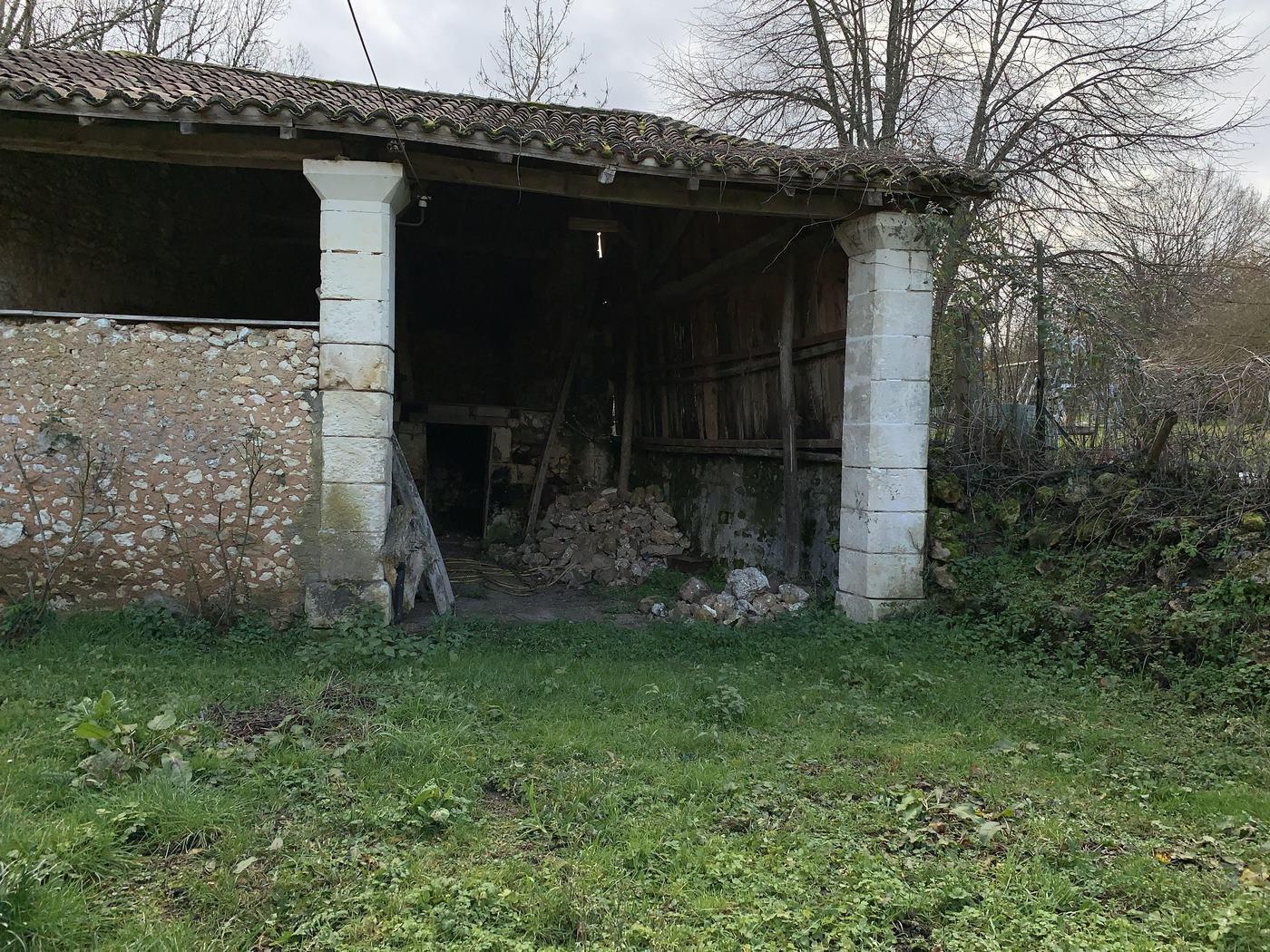Maison de village en pierres avec dépendances