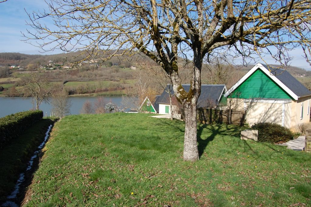 CORREZE - Near Brive, nice bungalow on 237 m2 in small park at lakeshore