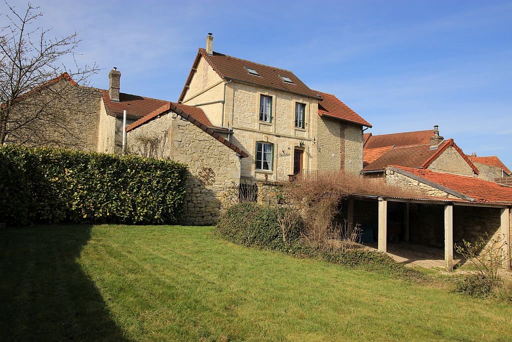 AISNE - Village center, old house on 660 m2