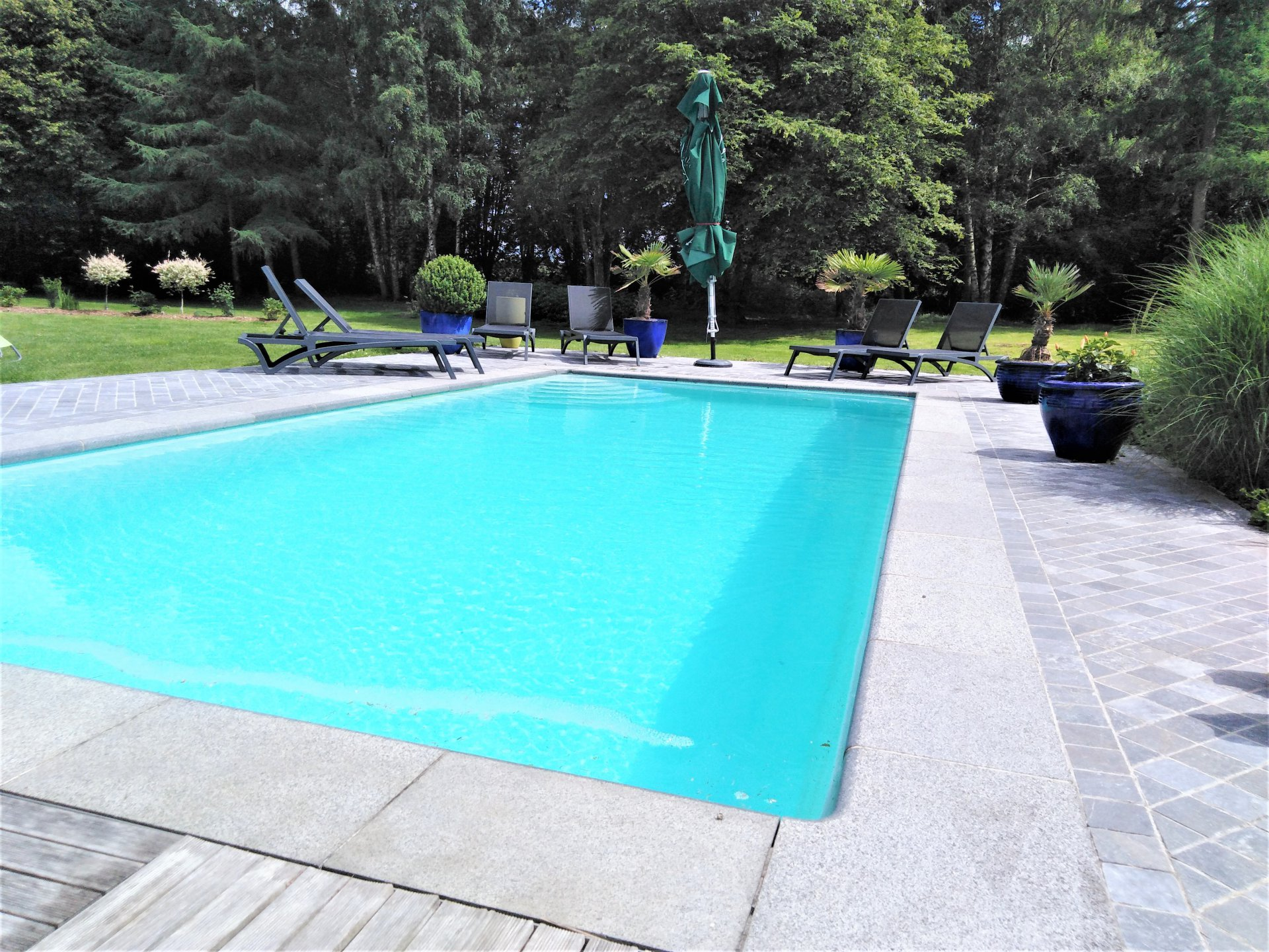 Dans un cadre idyllique avec sa piscine, érigée sur plus d'un hectare de terrain clos et arboré.