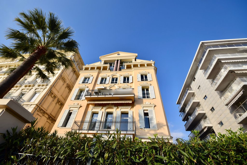 ONE BED FLAT ON THE  PROMENADE DES ANGLAIS