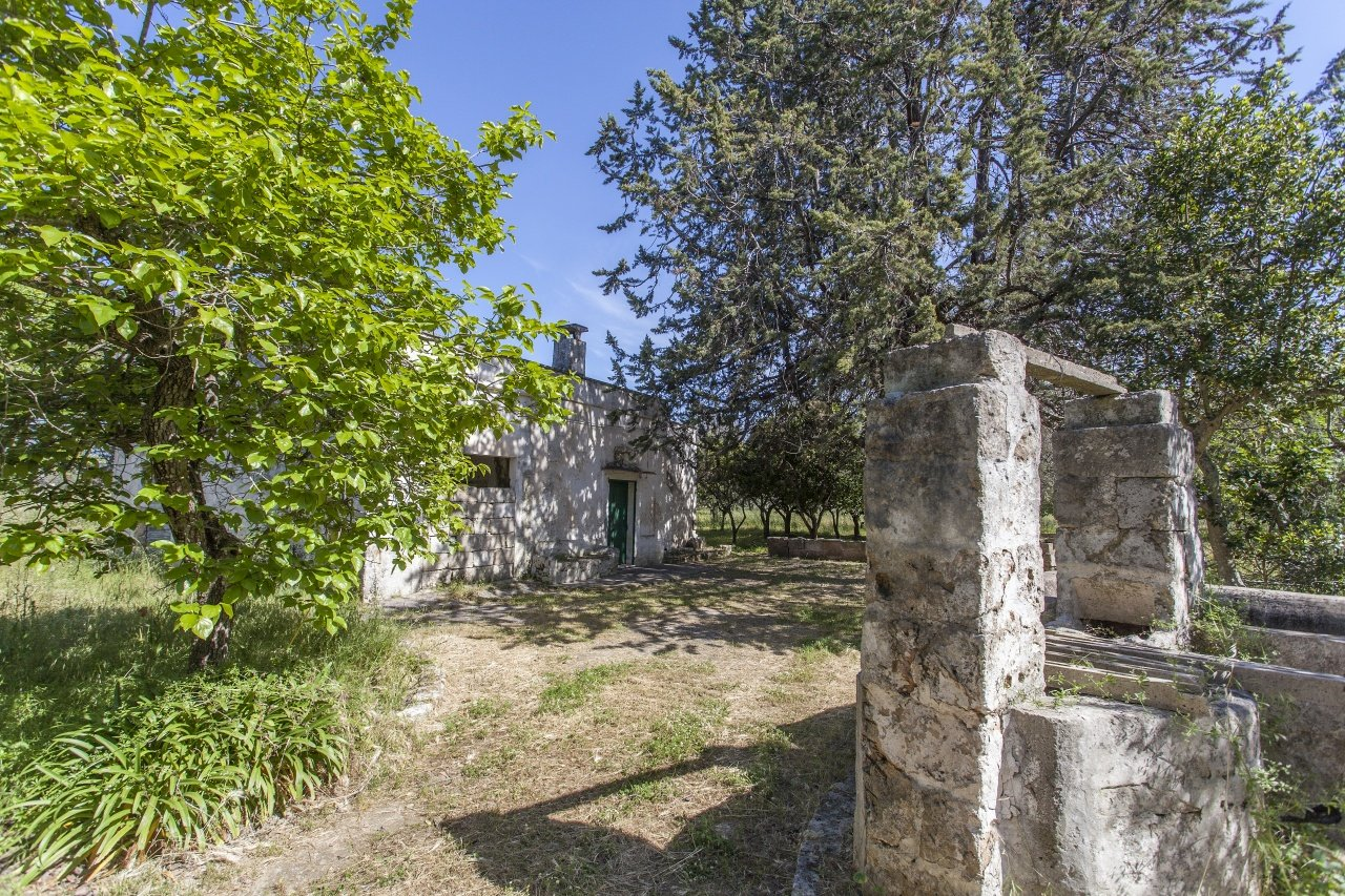 Countryhouse in need of renovation with land