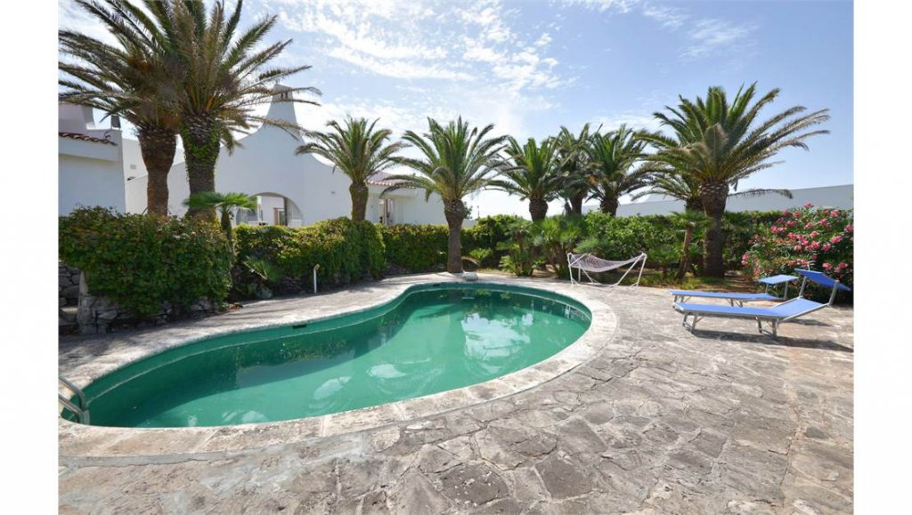 Beachfront villa with pool,4 bedrooms, garden