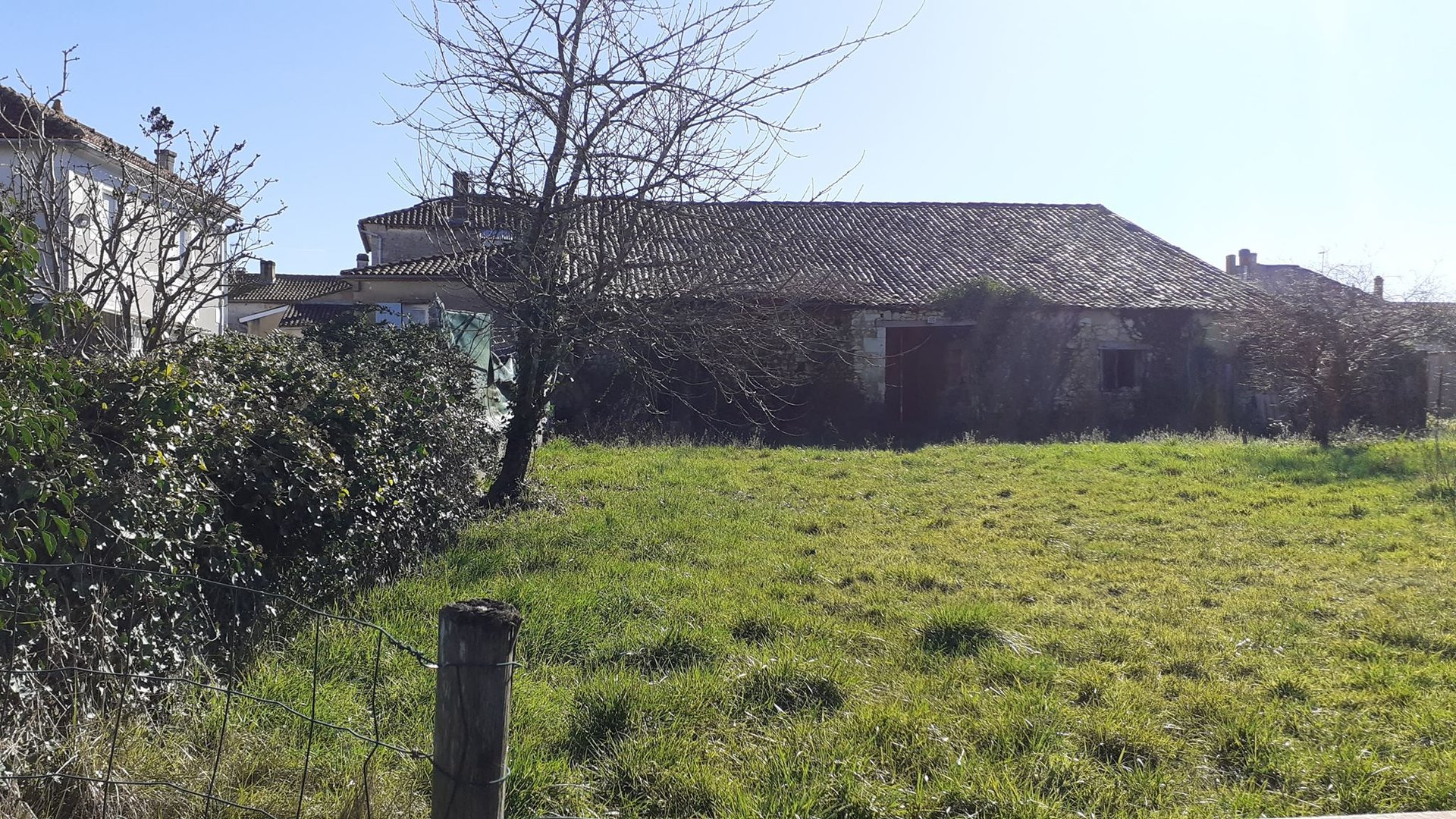 Maison de bourg avec Dépendance et grand Terrain