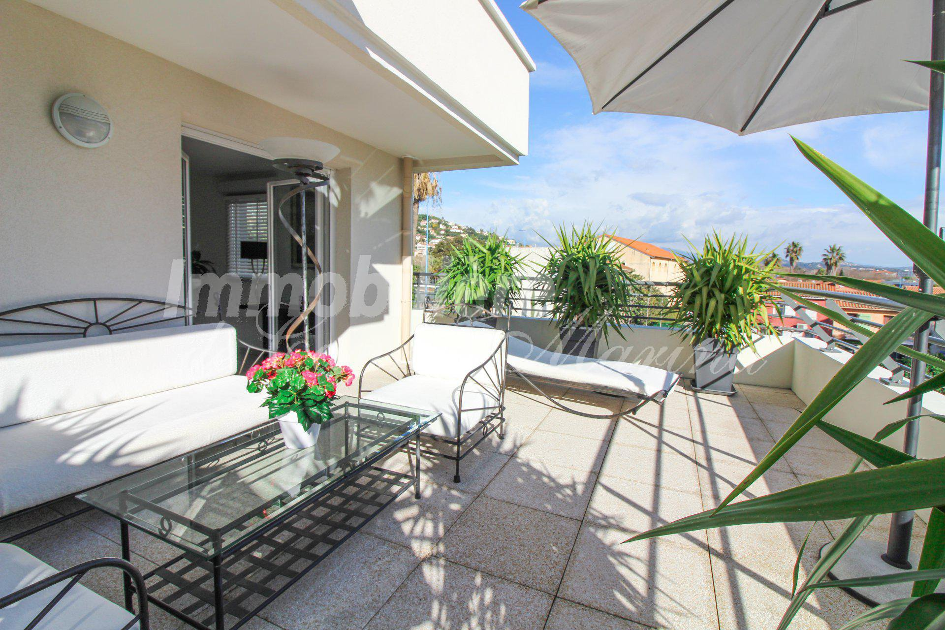 Recent apartment for sale - low fees - Near the sea.