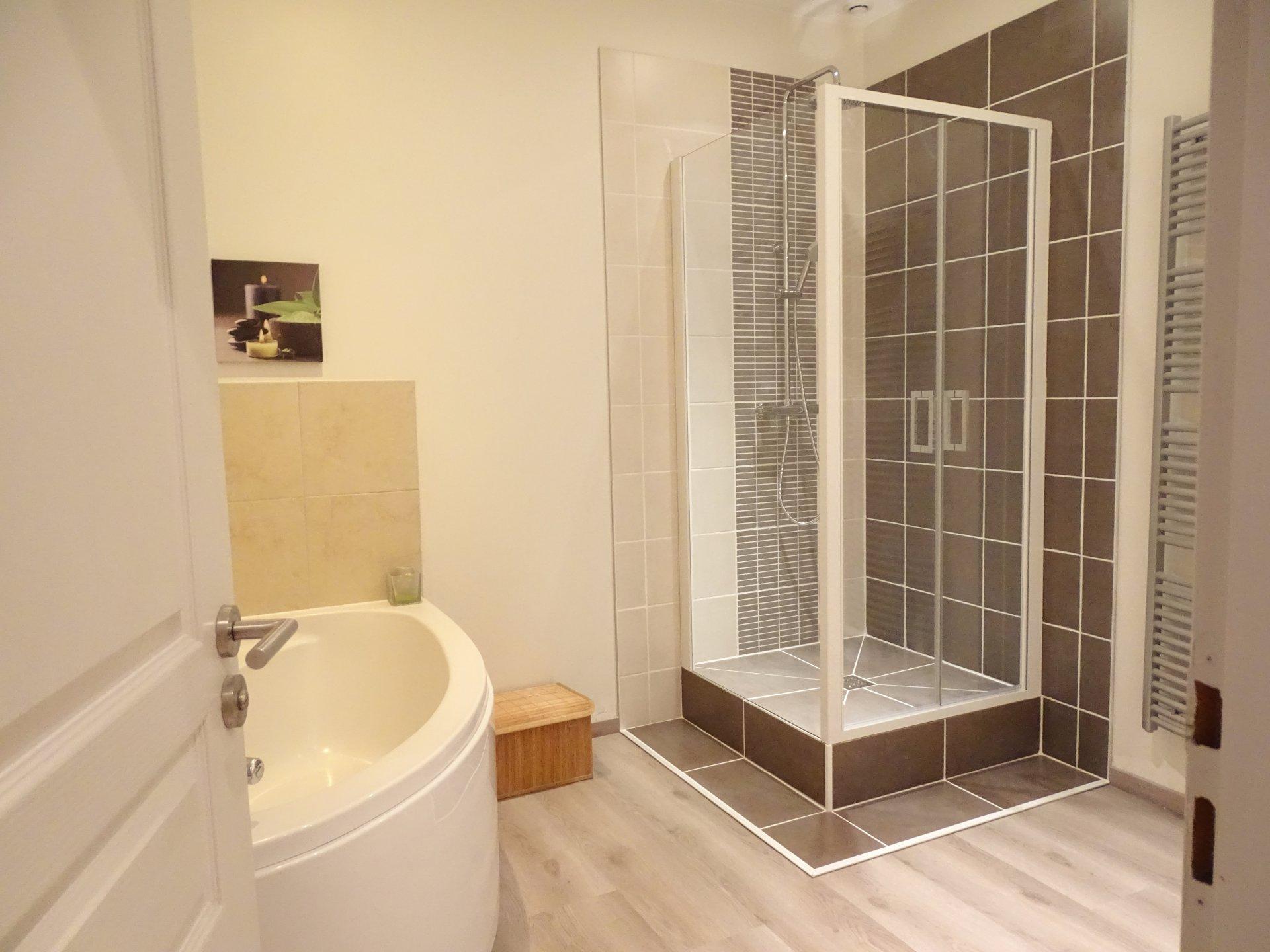 Venez découvrir cet appartement de très bon goût situé au calme absolu dans Mâcon. Le ton est donné dès l'entrée grâce à ce mur en pierre joliment jointé ainsi qu'avec ce beau parquet massif. Le séjour incluant la cuisine équipée jouit d'une surface approchant les 50 m² et dessert deux chambres ainsi qu'un dressing (pouvant faire une 3e chambre). Salle de bains avec baignoire et douche. Aucun vis à vis.  Chauffage au gaz avec chaudière à condensation. Double vitrage. Possibilité de louer une place de parking. A voir sans tarder.  Copropriété de 6 lots. Charges courantes annuelles de 439 ?. Honoraires à la charge des vendeurs.