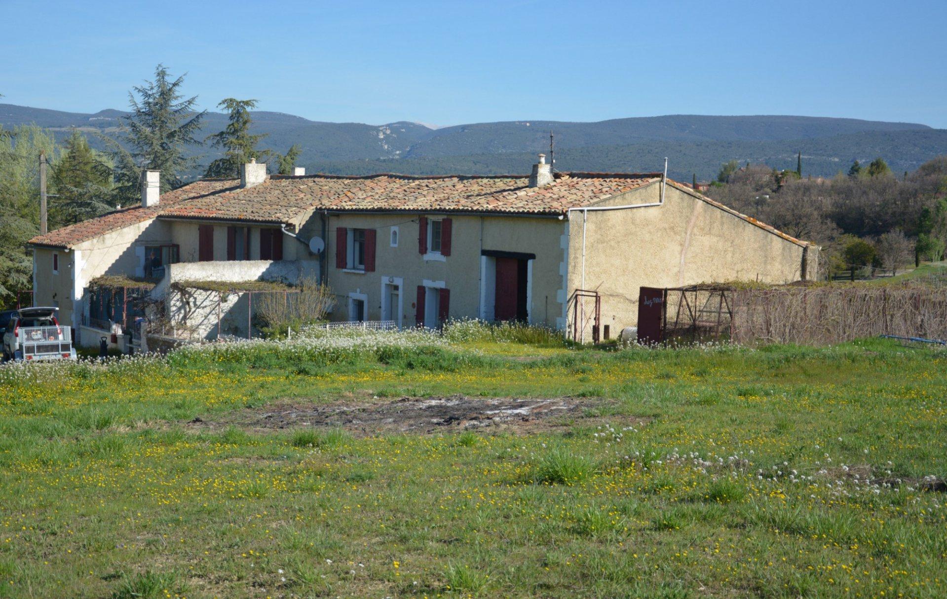 A vendre dans le Luberon, mas à restaurer à l'orée d'un village