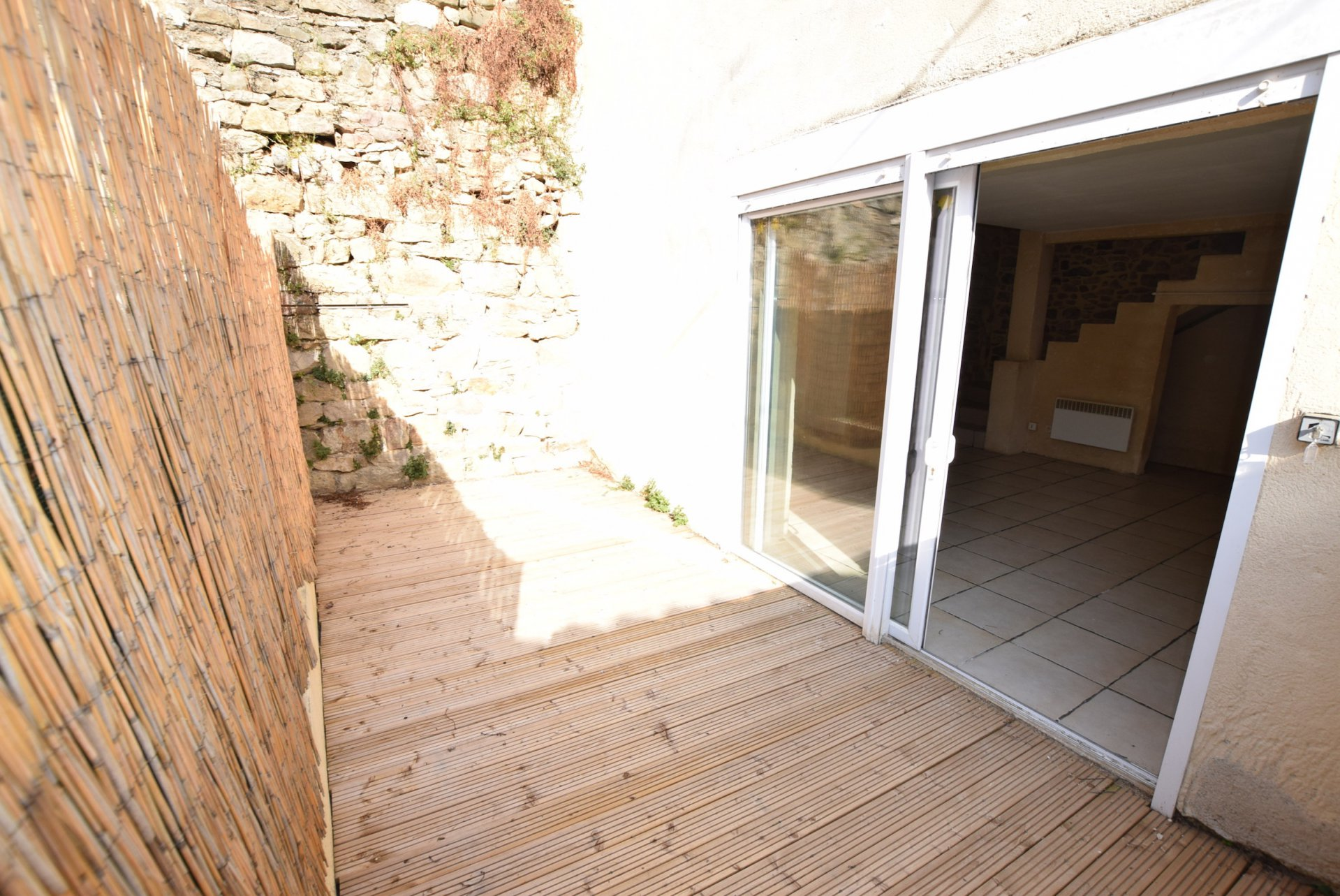 Maison en pierre avec cour