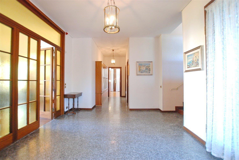 Ground floor rent apartment in the centre of Stresa-hallway