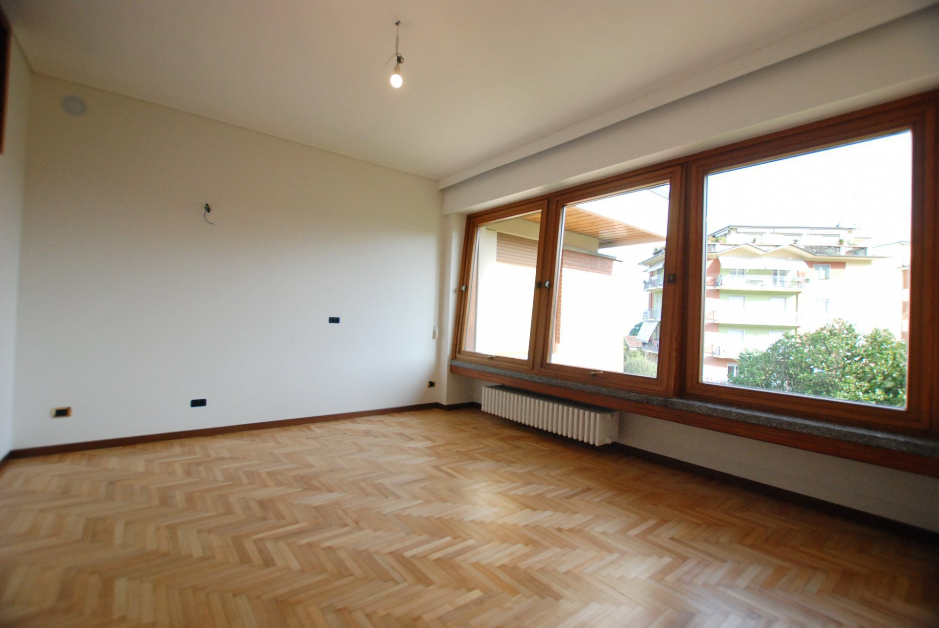 Ground floor rent apartment in the centre of Stresa-living room