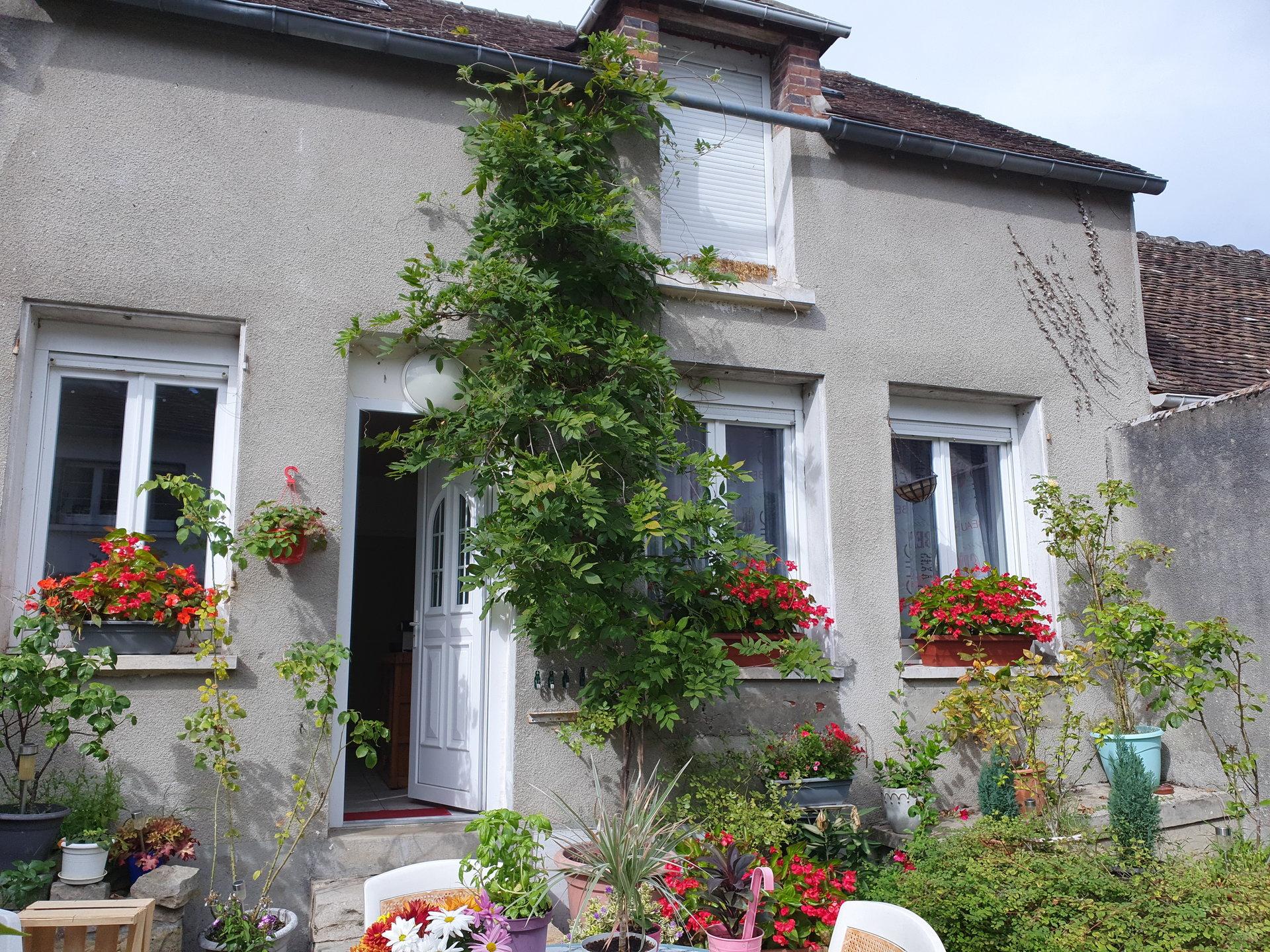 Montigny sur Loing : Maison de village, dépendance et cour