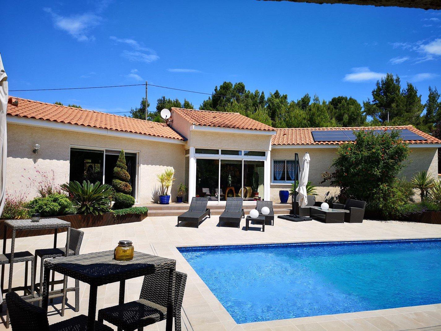 Villa avec piscine avec un grand jardin