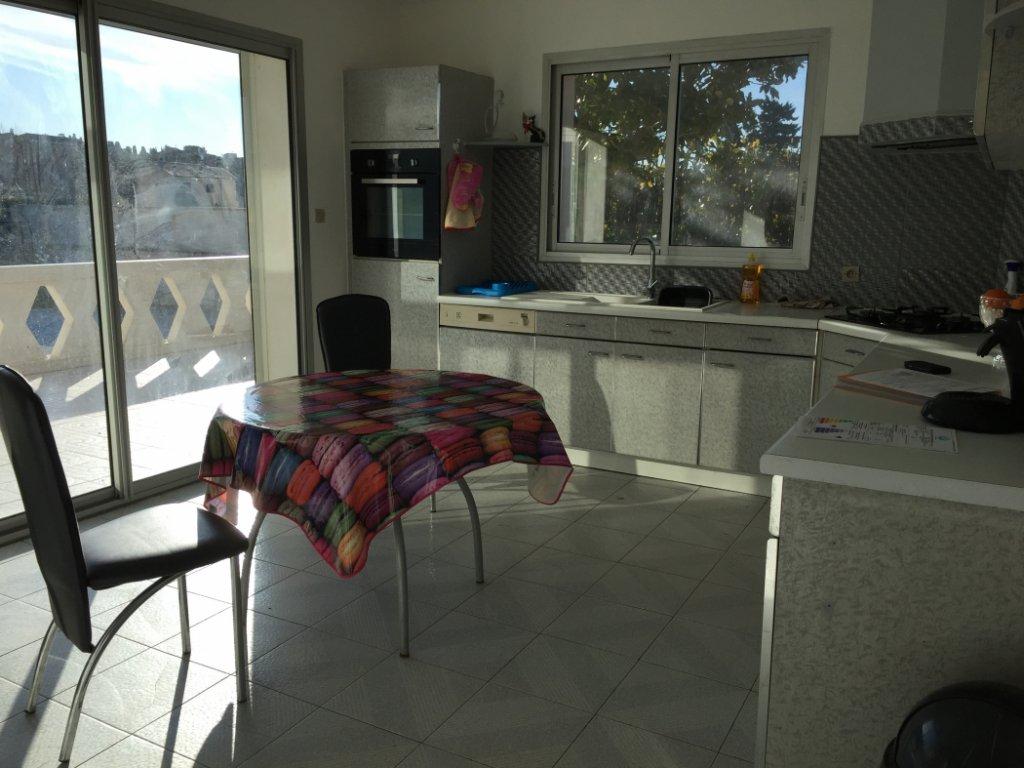 Villa med garage på en tomt om 1000 m2