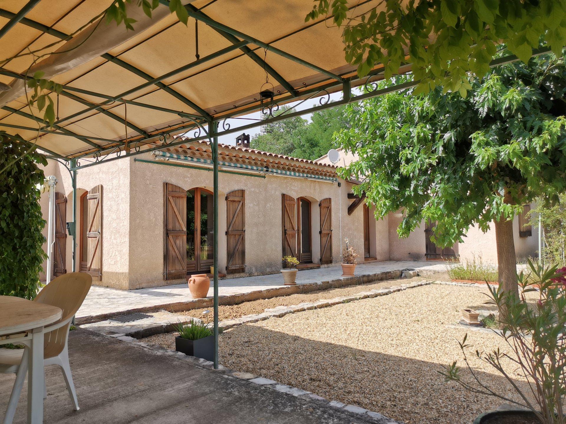 ENTRECASTEAUX, MAISON de 144 m² SUR 8277 M²  DE TERRAIN PLAT AU BORD DE RIVIERE