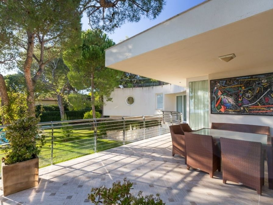 Cap Ferrat - Bathed in the light contemporary villa