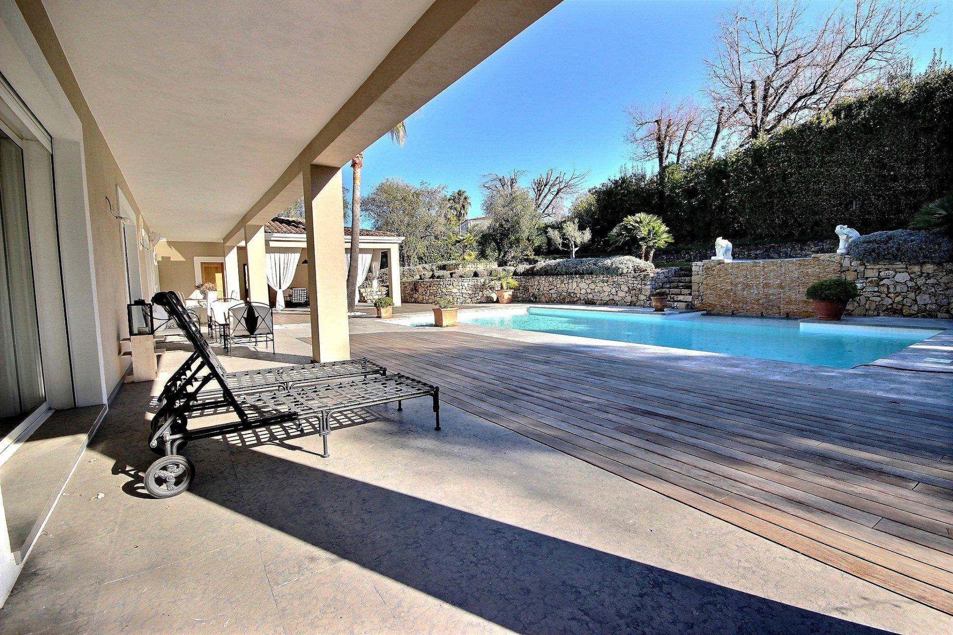 Lyxig villa med swimmingpool till salu i Mougins vardagsrum terrass