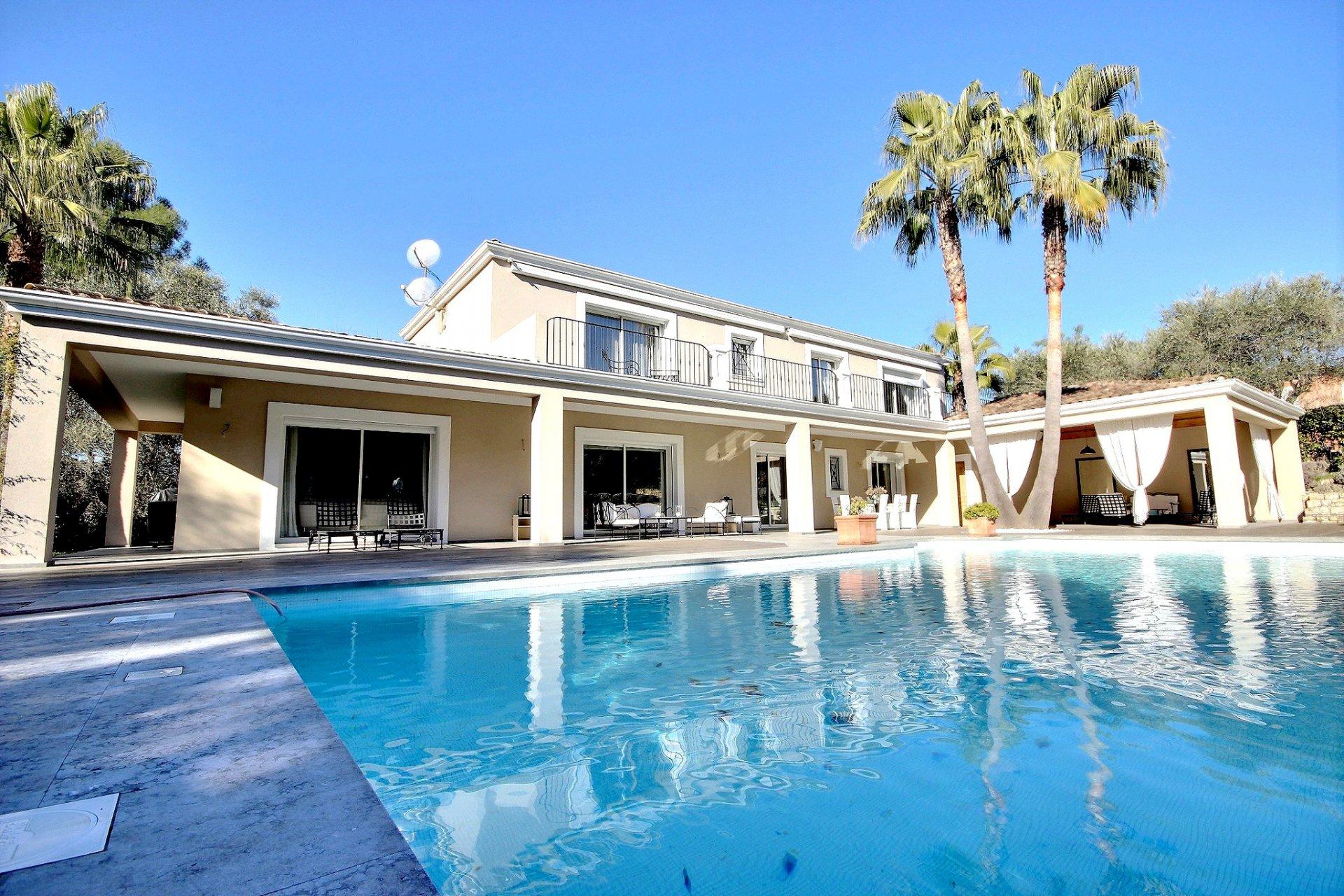 Lyxig villa med swimmingpool till salu i Mougins vardagsrum