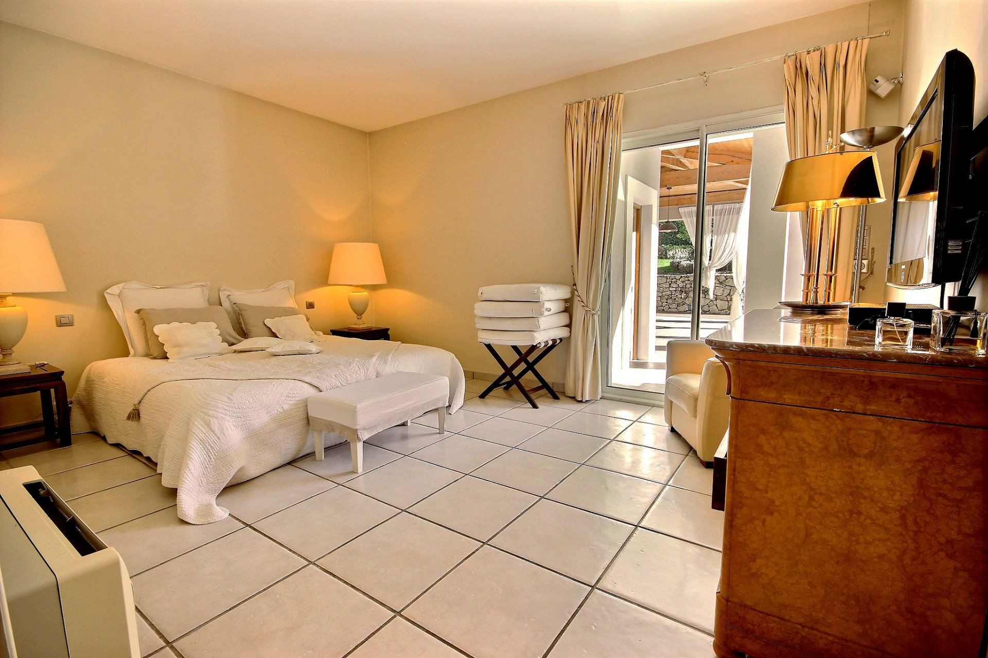Lyxig villa med swimmingpool till salu i Mougins sovrum
