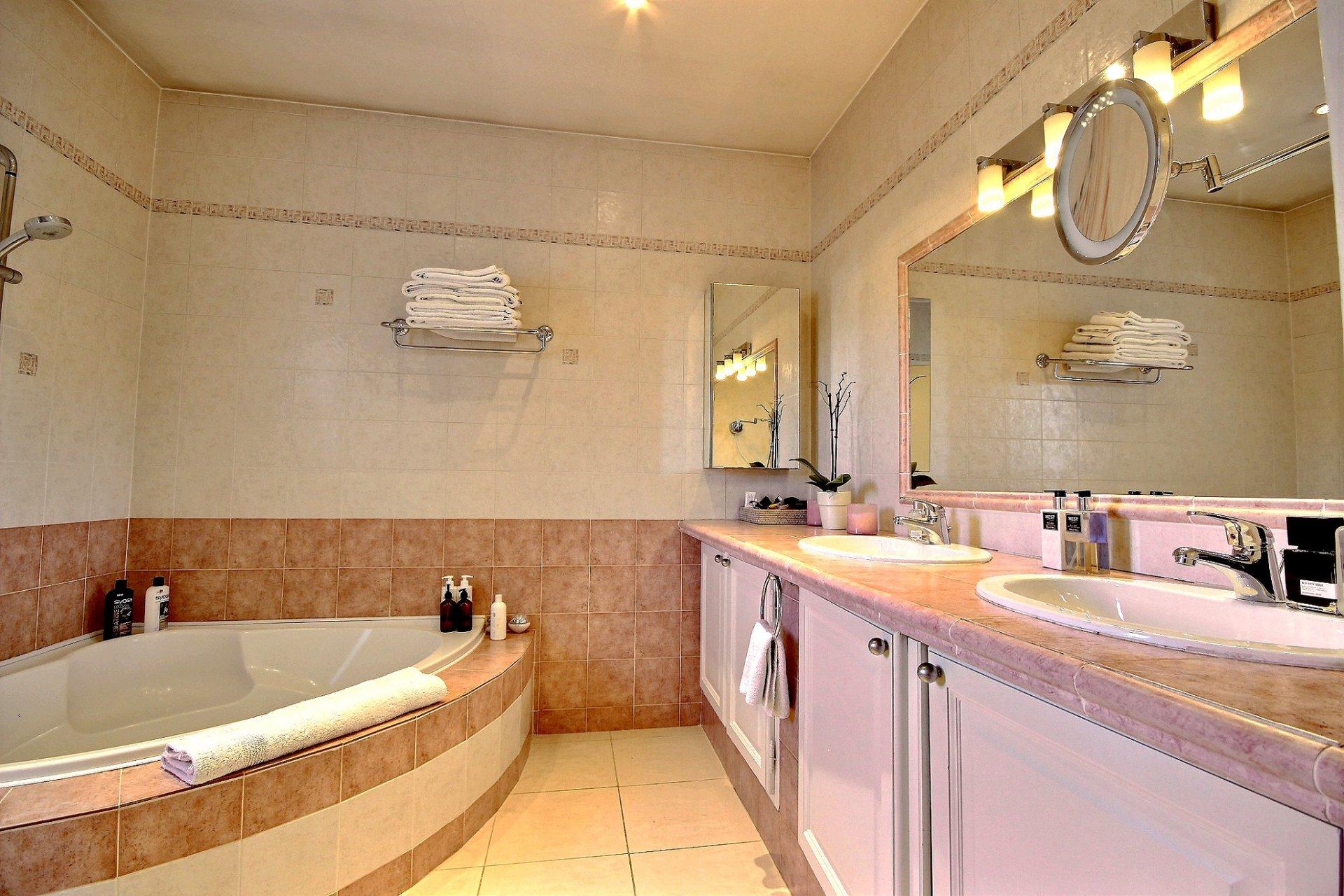 Lyxig villa med swimmingpool till salu i Mougins badrum