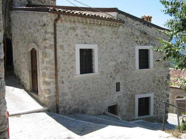 Stone house with views over Peligna Valley