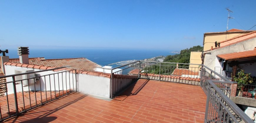 Byhus med stor takterrass och havsutsikt! 55 kvm, 2 sovum och 1 badrum. 10 mil till närmaste skidåkning och 8 mil från Nice flygplats.